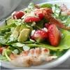Салат со шпинатом, клубникой и хрустящим беконом