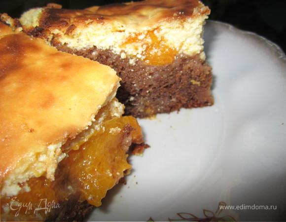Брауни с абрикосами и творожным кремом.