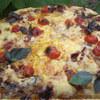 Пицца с вяленым мясом и запеченными помидорами.
