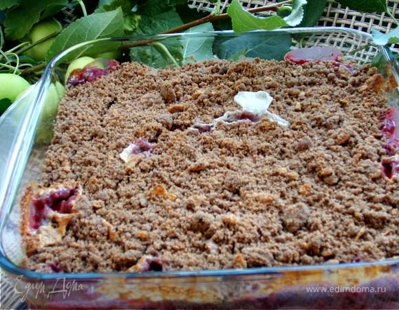Шоколадный крамбл с ягодами, яблоками и взбитыми сливками