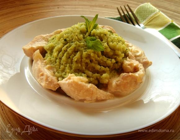 Курица в сливочном соусе с зелёным рисом