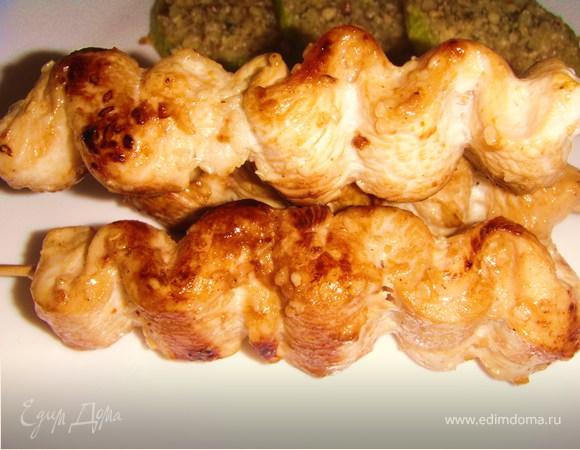 Крученая курочка в медовом соусе с закуской из кабачков с пармезаном и орехами