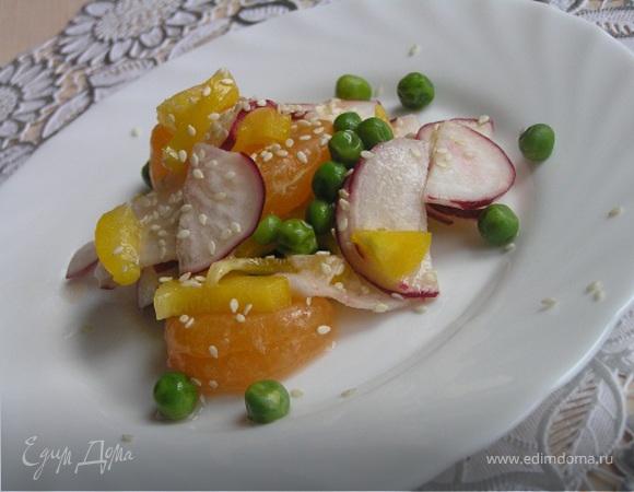 Пёстрый салат с редисом и мандаринами