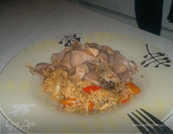 Тайская тема: Рис с соевым соусом и сладким перцем и индюшачьи желудочки с чили перцем и имбирем.