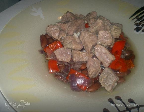 Острая бобовая похлебка с говядиной, сладким перцем и луком