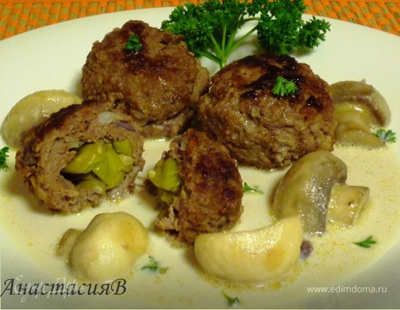 Котлетки, начиненные оливками и пеперони, с грибным соусом