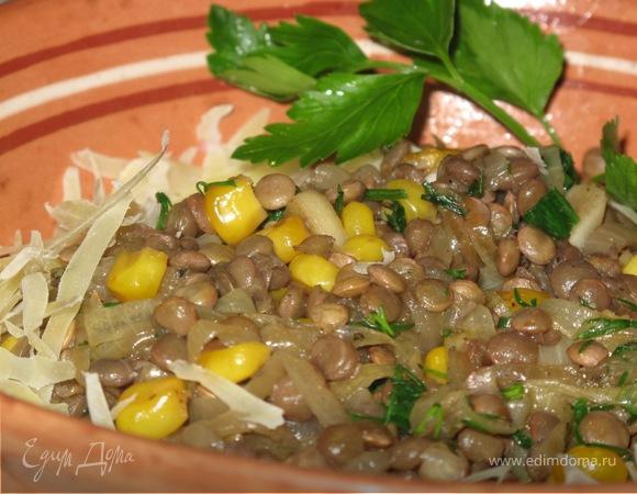 Тёплая закуска из чечевицы с карамелизованным лучком и кукурузой.