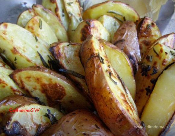 Ароматный картофель, запеченный с розмарином и чесноком