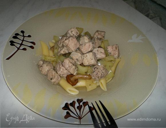 Паста с грунтовым перцем, грибами и свининой в травах