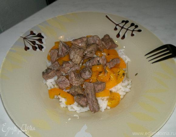 Говядина тушеная с цедрой лимона и чесноком, белый пресный рис с перецем