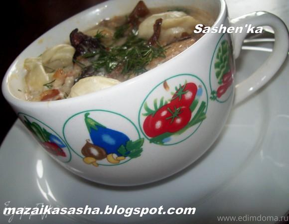 Пельмени томленные в горшочке с беконом и лесными грибами
