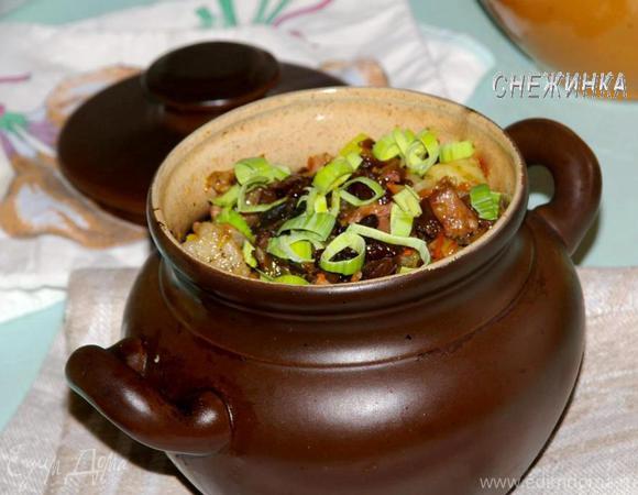 «Пражанина» (Мясо с овощами, черносливом и грибами в горшочках)