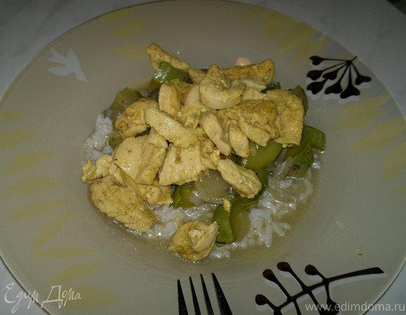 Рис с курицей в стиле карри и овощи на пару