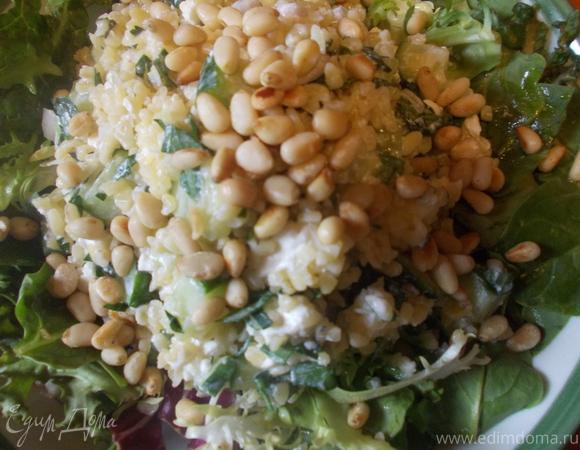 Салат из булгура с фетой и кедровыми орешками