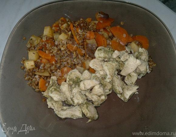 Куриная грудка с зеленым хмели - сунели и гречка с сельдереем и морковью