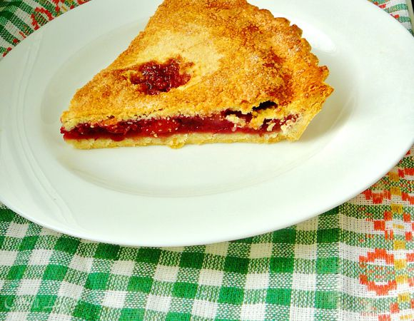 Пирог с красной ягодкой
