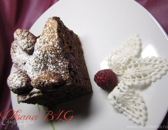 Шоколадный бисквит с малиной
