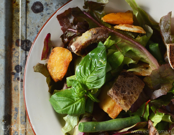 Салат со спаржевой фасолью, жареным козьим сыром и апельсиновым соусом