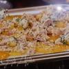 Персиковая фокачча с розмарином, рокфором и крошкой из панчетты c салатом из помидоров