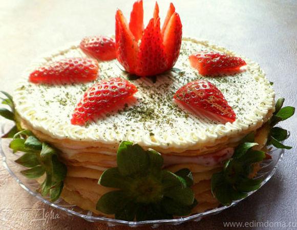 Блинный тортик с клубнично-йогуртовой начинкой, клубникой и сухой мятой
