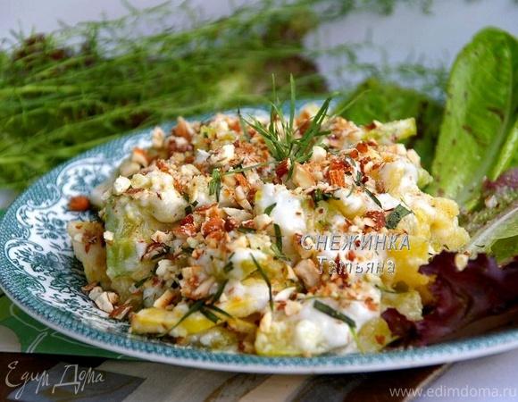 Легкий салат из цукини с тархуном и жареным миндалем
