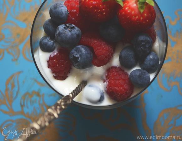 Домашний ванильный йогурт с ягодами
