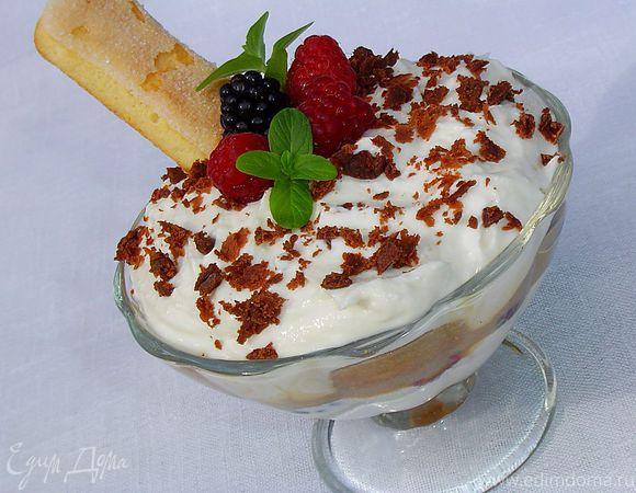 Десерт в стиле «Тирамису» с малиной и ежевикой