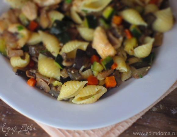 Паста c курицей, овощами и грибами