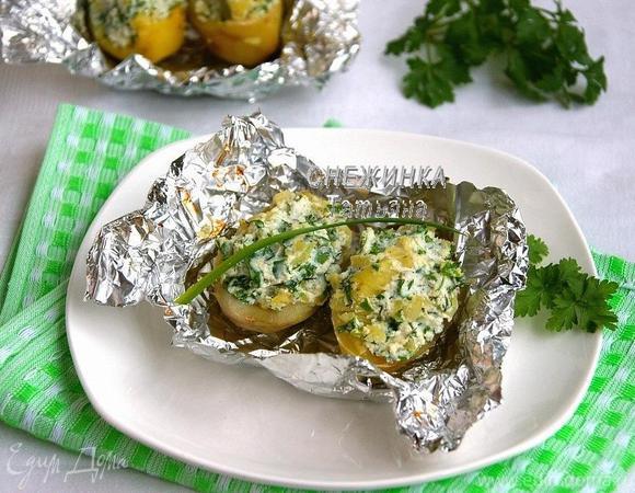Печеный картофель, фаршированный начинкой из рикотты, шпината и зелени