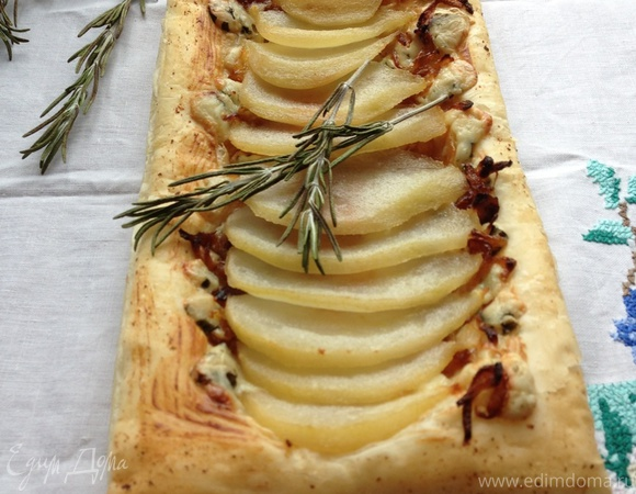 Пироги с грушей-пашот, карамелизированным луком и голубым сыром
