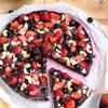 Шоколадная пицца с ягодами