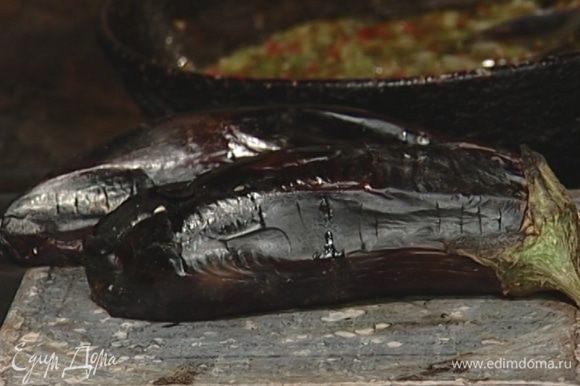 Баклажаны запечь в разогретой духовке, затем очистить от кожицы и мелко порубить.