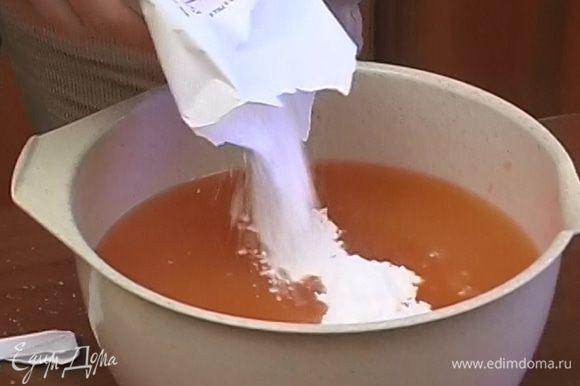 Добавить сок грейпфрута, сахарную пудру и Campari и перемешивать, пока сахар полностью не растворится.