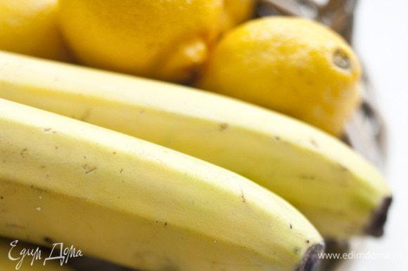 Лимоны и бананы очистить от кожуры и порезать на кусочки.