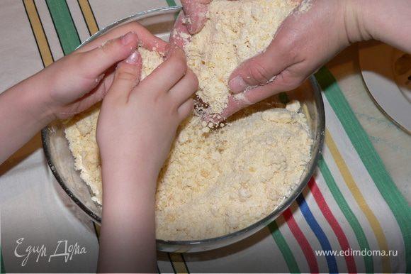 Размягченный маргарин смешать с мукой в большой чашке, добавить соду.