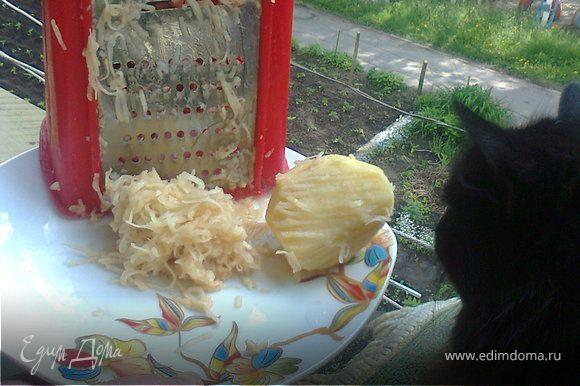 На средне терке (не буряковой и не на драничной) натираю картофель чищенный, сырой. Туда же натираю головку лука. Солю, перчу. На сковороду выкладываю кусочек сливочного маргарина и чуть поливаю растительным маслом, даю смешаться и растаять. Выкладываю туда сырую картофельную смесь. Закрываю крышкой плотно, уменьшаю до минимума огонь. Не жарю, а несколько минут даю равномерно «свернуться» крахмалу в картошке до липкой массы, помешиваю, чтобы не было поджаристой корочки. Выключаю. Готовлю тесто, смешав его ингредиенты и вымешиваю, выбиваю до крутого, но эластичного приятной структуры теста. Леплю вареники. Фарш лучше укладывается вилкой и теплым. Холодный фарш норовит продырявить тесто. А лепешку для вареника я всегда делаю тонкой. Готовые вареники складываю на тонкую чистую салфетку-чтобы лишней мукой не посыпать. Подаю со сливочным маслом готовые вареники выкладываю на доску и каждый перемазываю холодным куском сл.масла. Оно быстро тает на горячих варениках и процедура не долгая. Да и со сметаной вкусно.