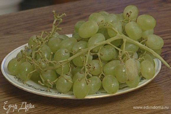 Ягоды винограда, сахар и базилик поместить в шейкер и толкушкой или скалкой с тупыми концами растереть в кашицу.