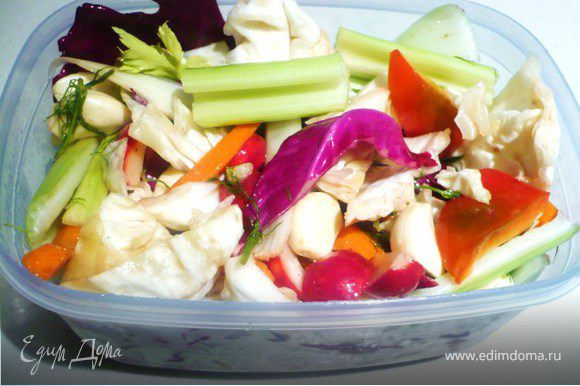 Пересыпая перцем и фенхелем, уложить овощи в посуду. Залить рассолом. Сверху положить перевернутую тарелку и гнет. Отправить в холодильник. Уже на следующий день можно есть.