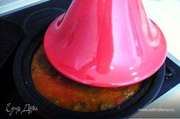 Добавить томаты и половину бульона (400 мл.) Тушить на маленьком огне, под крышкой 1,5 часа. Периодически проверять и помешивать, чтоб не приставало.