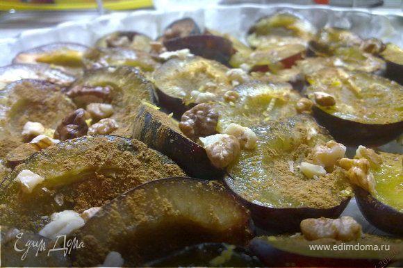 Выложить половинки в жаропрочную форму, после чего равномерно посыпать их сахаром, корицей, добавить орехи и цедру.