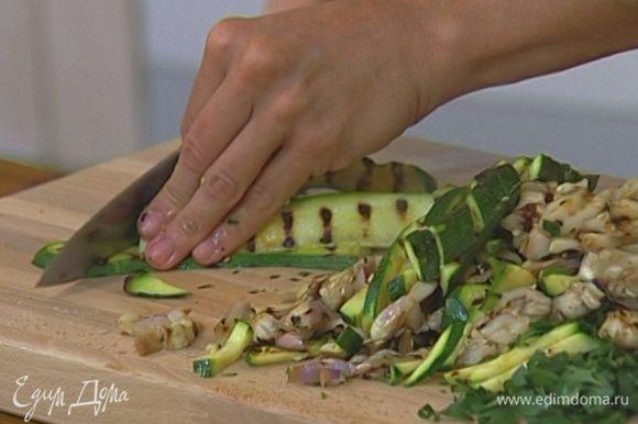 Баклажаны и цукини обжарить на гриле с обеих сторон, а затем нарезать тонкими, как спички, полосками, соединить с мятой и петрушкой, посолить, поперчить, сбрызнуть соком лимона и полить 2–3 ст. ложками оливкового масла.