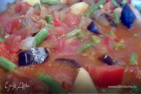 Порезать очищенные от шкурок помидоры в собственном соку и вместе с соком - тоже в кастрюлю. Туда же томатную пасту. Перемешать. Вообще насыщенность томатными составляющими - одна из составляющих успешного результата в этом блюде Тушить все практически до готовности овощей, затем добавить фасоль, перемешать и тушить еще минут 15.