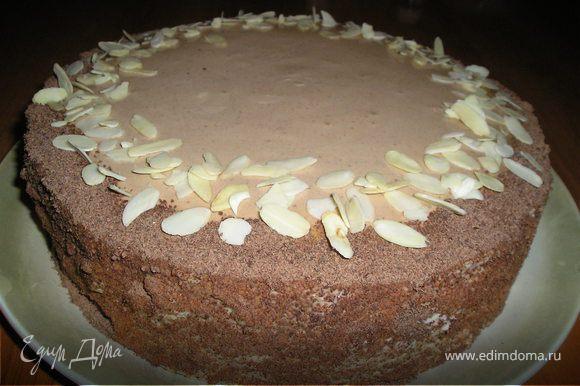Взбить 200 мл сливок с 25 г сахара, ванильным сахаром. Покрыть бока торта, посыпать шоколадной стружкой. Ну и т.д. на Ваше усмотрение.