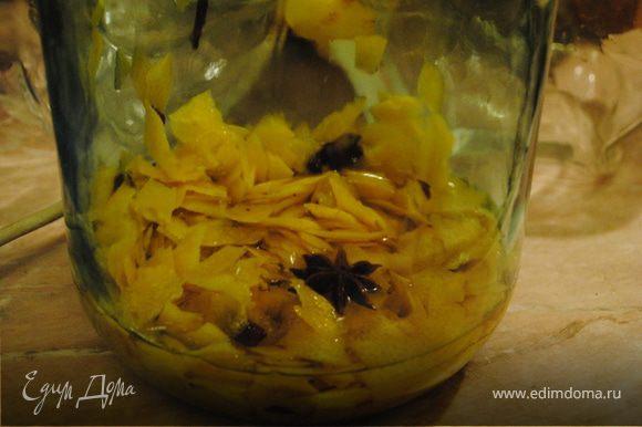 Срезаем с лимонов Цедру, только желтую (верхнюю) часть. Делать это надо аккуратно, т.к. белая часть цедры будет придавать горьковатый вкус. Подготовленную цедру положить в банку, залить спиртом, добавить корицу, гвоздику и анис. Банку упаковать в фольгу и поставить ее в темное место на 14 дней. Банку необходимо ежедневно встряхивать, но открывать ее не нужно.