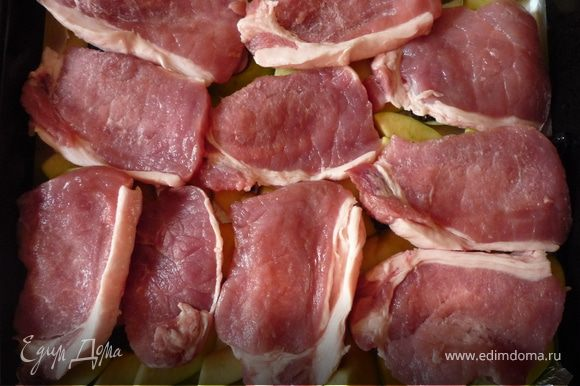 Корейку порезать поперек волокон кусочками толщиной в 1 см. Можно слегка отбить. Посолить поперчить, равномерно разложить на яблоки с черносливом.