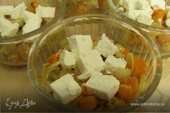 Начинку распределить в формочки, добавить сливки (1ст.л. на порцию), сверху разложить сыр фета (предварительно порезав его на кубики).
