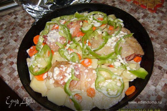 Под кожуру каждого кусочка курицы положить разрезаный пополам чеснок. Обмазать медом, посолить, поперчить и положить в холодильник на полчаса. Картошка, лук, морковка и перец режется кружочками (не обжаривается). В глубокую сковородку или противень выложить курицу (предварительно свковородку смазать маслом и посыпать сухарями немного), на нее и между полодить кружочки картошки, морковки, лука и перца, все это залить майонезом, смешанным с водой (не более 100гр).