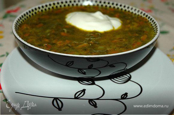 Оставшийся шпинат залить кипятком на несколько минут, слить воду и добавить в суп за 5 минут до готовности. Шпинатный суп заправить сметаной (соевой в пост) и посыпать молотым черным перцем. ПРИЯТНОГО АППЕТИТА!