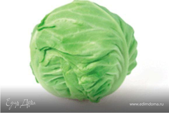 Капустная начинка. Сушеные белые грибы выложить в емкость, залить кипятком и оставить под крышкой на 30 минут. Морковь очистить и натереть на терке. Капусту нашинковать соломкой. Капусту и морковь тушить на растительном масле 20-30 минут. За 10 минут до готовности добавить мелко нарезанные, предварительно замоченные сушеные белые грибы. Дать немного остыть и выложить на тесто.