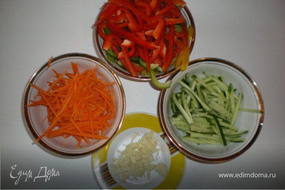 Морковь,паприку и огурцы режем тонкими полосками